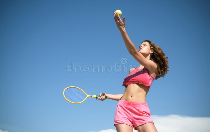 Dziewczyna z sportowym ciałem bawić się tenisa Szczęśliwy aktywny żeński trening Piękna atrakcyjna sprawności fizycznej kobieta S zdjęcia stock