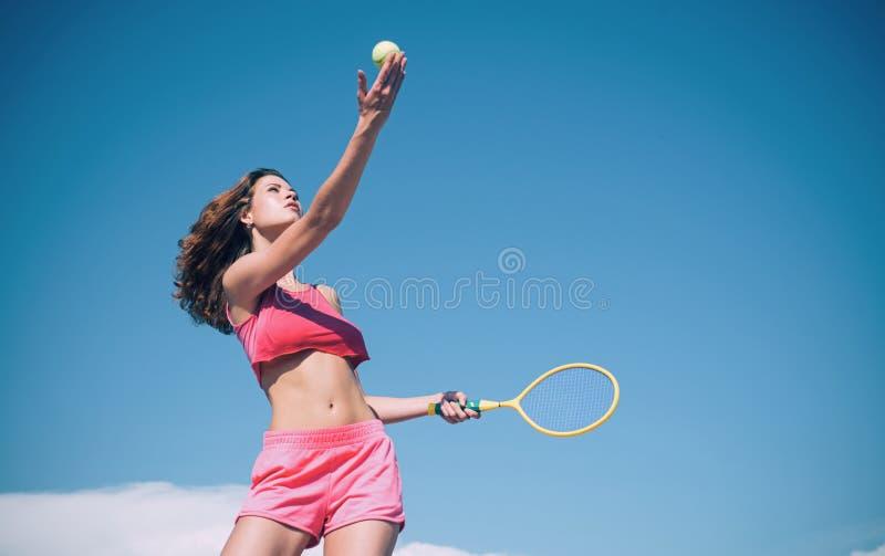 Dziewczyna z sportowym cia?em bawi? si? tenisa Szcz??liwy aktywny ?e?ski trening Pi?kna atrakcyjna sprawno?ci fizycznej kobieta S obraz stock