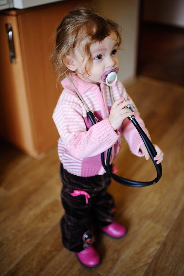 Dziewczyna z stetoskopem wokoło jego szyi fotografia stock