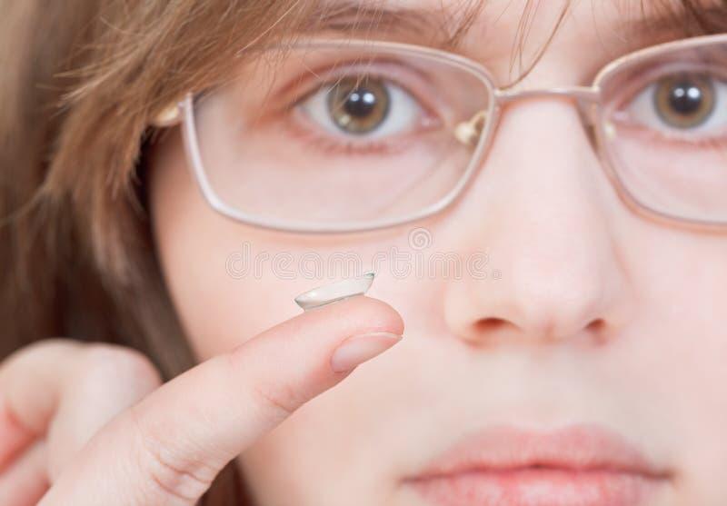 Dziewczyna z szkłami trzyma szkła kontaktowe fotografia stock
