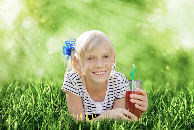 Download Dziewczyna z szkłem sok zdjęcie stock. Obraz złożonej z glassblower - 57665278