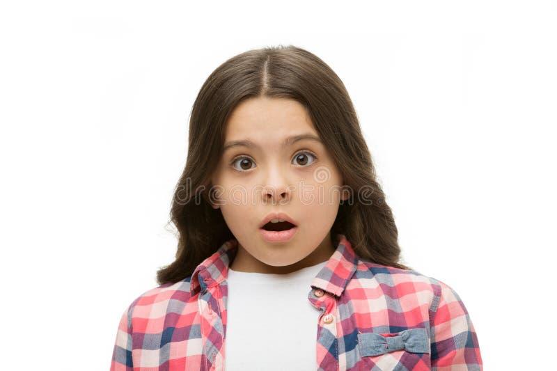Dziewczyna z szokującym spojrzeniem odizolowywającym na bielu Małe dziecko w przypadkowym stylu Dziecko z długim brunetka włosy p obrazy stock