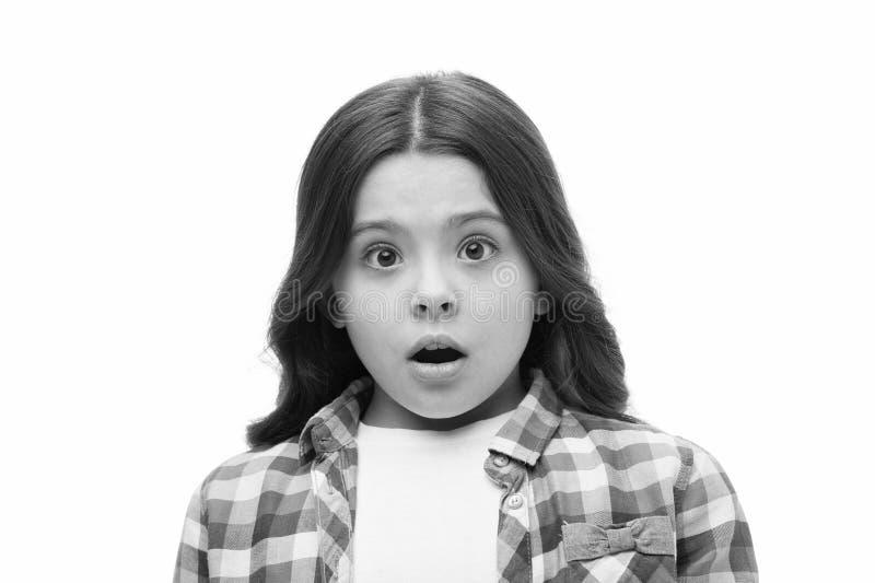 Dziewczyna z szokującym spojrzeniem odizolowywającym na bielu Małe dziecko w przypadkowym stylu Dziecko z długim brunetka włosy p zdjęcia stock