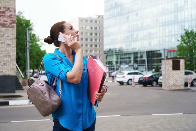Dziewczyna z telefonem komórkowym i falcówkami obraz stock