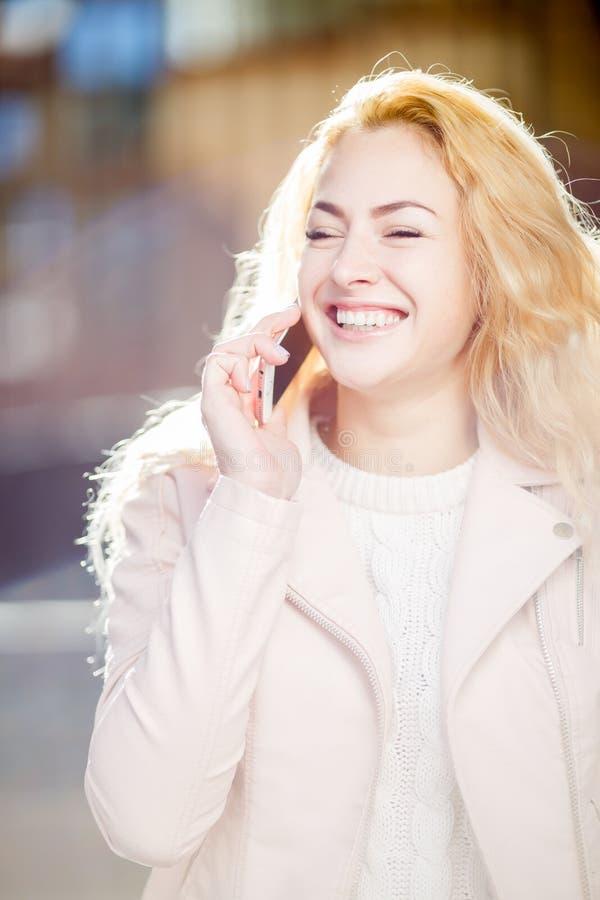Dziewczyna z telefonem na ulicie fotografia stock