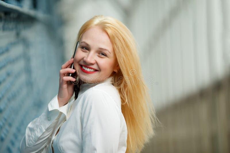 Dziewczyna z telefonem w ręce fotografia stock