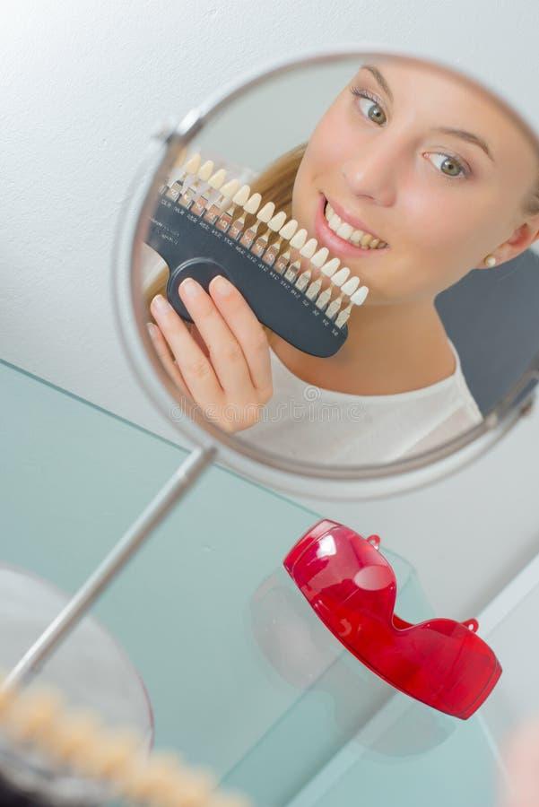 Dziewczyna z ustalonymi sztucznymi zębami obraz stock