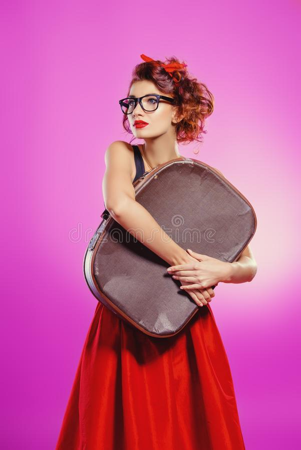 Dziewczyna z walizką zdjęcie royalty free