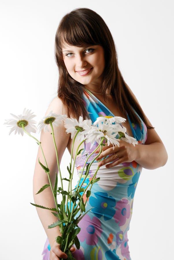 Dziewczyna z wiązką rumianki obraz royalty free