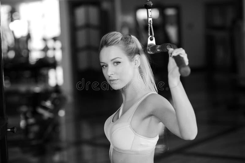 Dziewczyna z wielkimi kształtami w gym fotografia stock