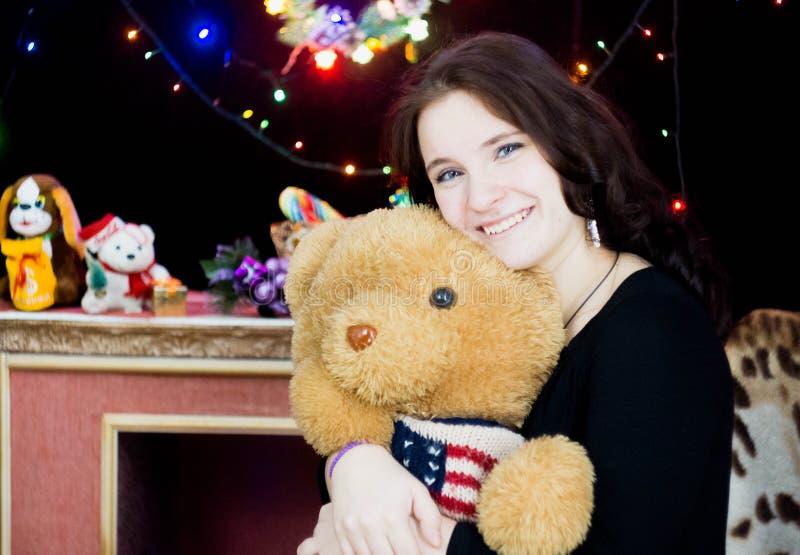 Dziewczyna z zabawkarskim niedźwiedziem w jego ręki fotografia royalty free