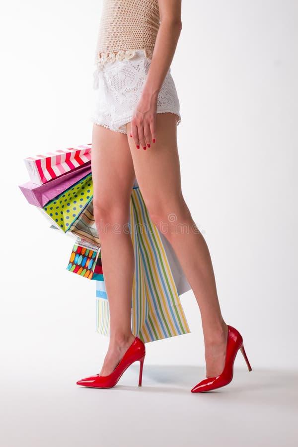 Download Dziewczyna z zakupami obraz stock. Obraz złożonej z hobby - 57665443