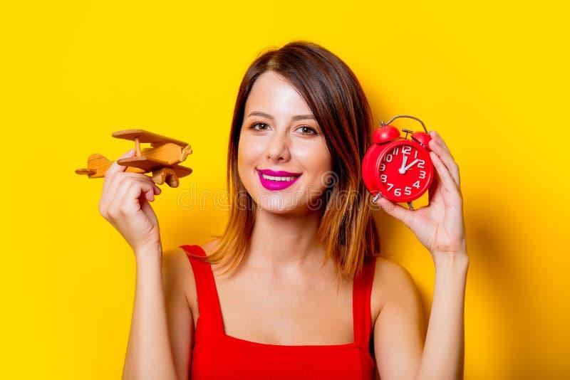 Dziewczyna z zegaru i samolotu zabawką obrazy royalty free