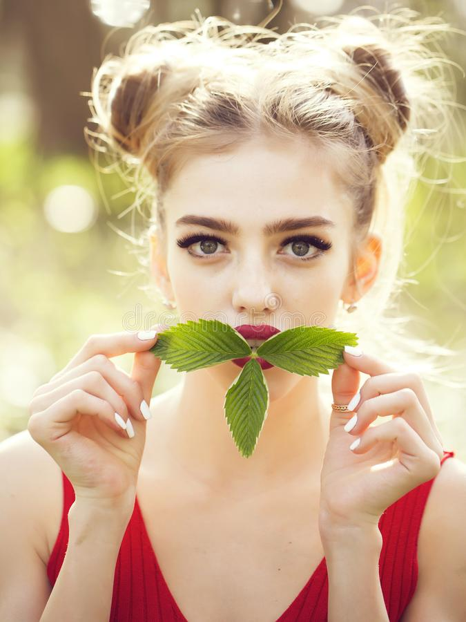 Dziewczyna z zielonymi liśćmi zdjęcie stock