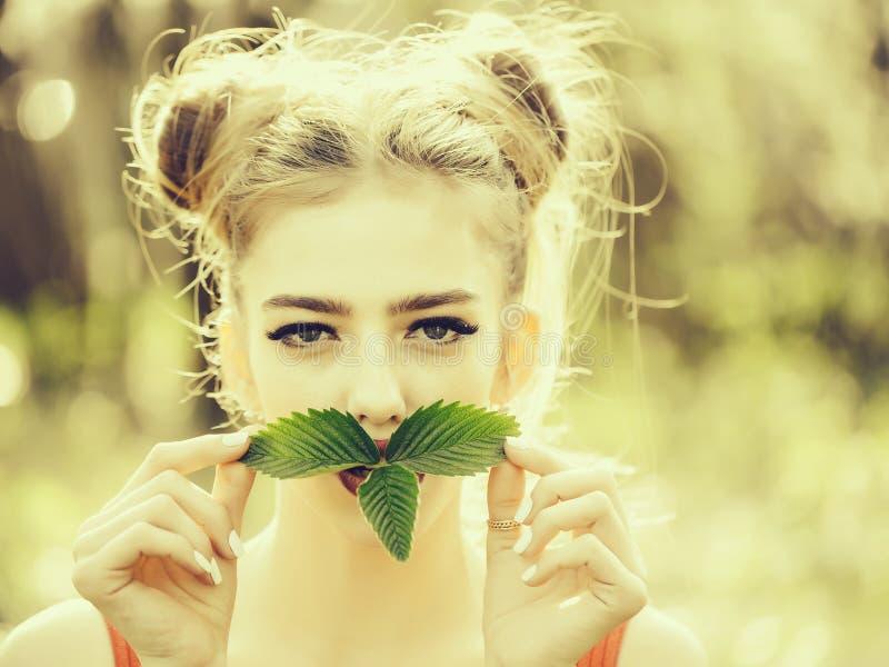 Dziewczyna z zielonymi li??mi fotografia stock