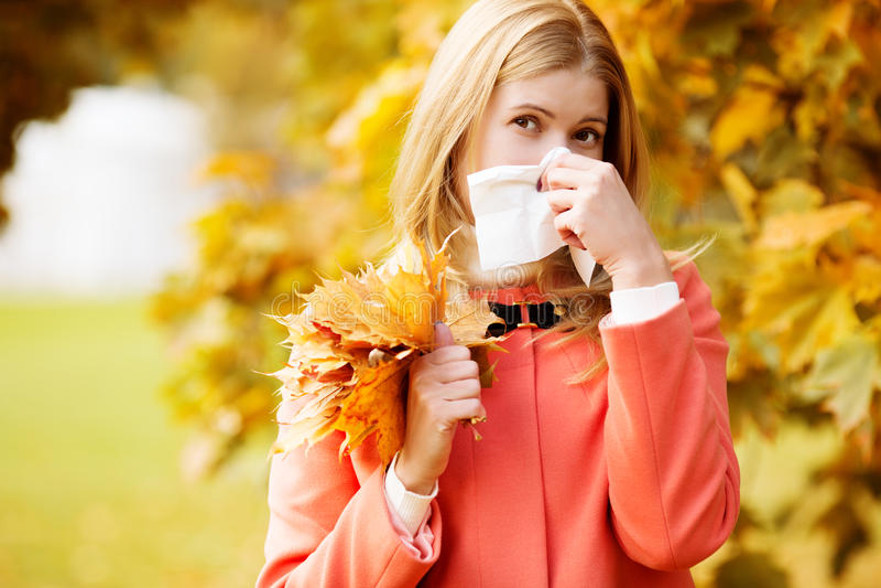 Dziewczyna z zimnym rhinitis na jesieni tle Spadku grypowy sezon Ja zdjęcia stock
