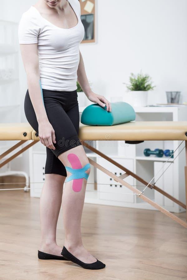 Dziewczyna z zwichniętym kolanem obrazy stock