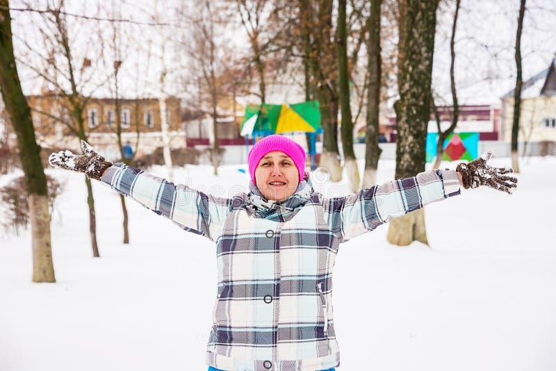 Dziewczyna zabawę w zimie fotografia royalty free