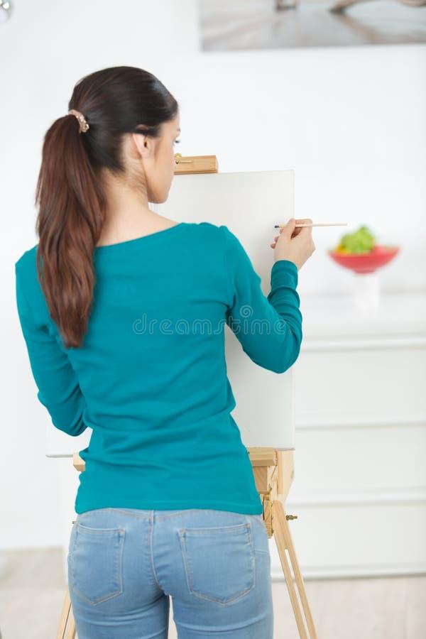 Dziewczyna zaczyna malować modela zdjęcia stock