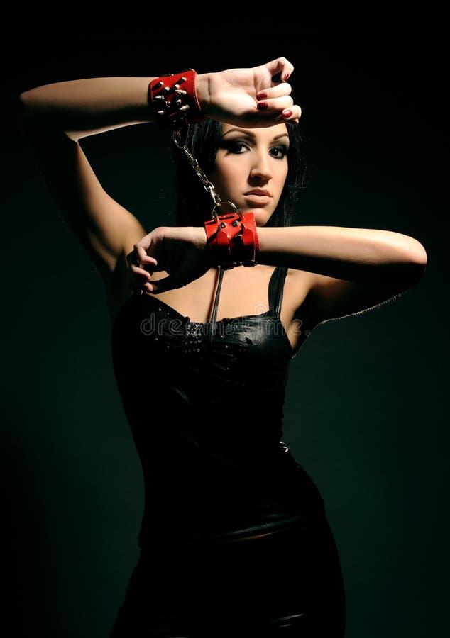 dziewczyna zakłada kajdanki czerwień zdjęcie royalty free