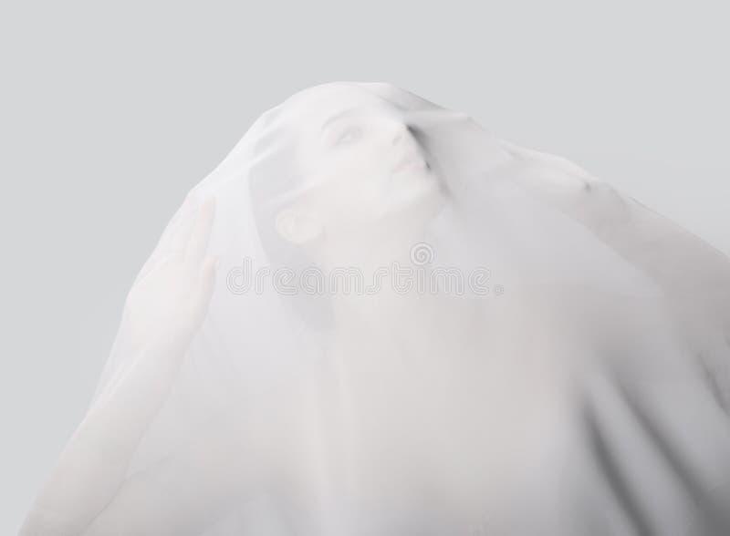 Dziewczyna zakrywająca z białą półprzezroczystą tkaniną Patrzeje up zdjęcia royalty free