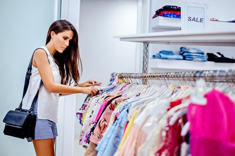 Dziewczyna zakupy w centrum handlowym obraz royalty free