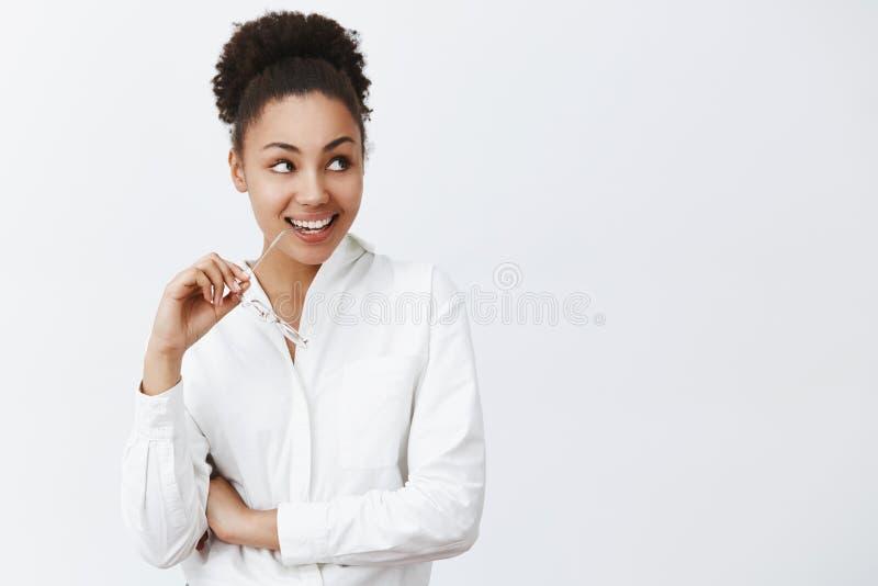 Dziewczyna zamierza iść i gość restauracji z powabnym mężczyzna od następnego biura Intrygująca atrakcyjna afrykańska kobieta w b fotografia stock
