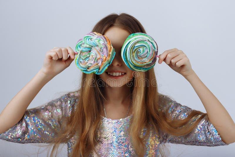 Dziewczyna zamykał ona oczy z round, barwiący cukierków uśmiechy blondyn długo zdjęcia royalty free