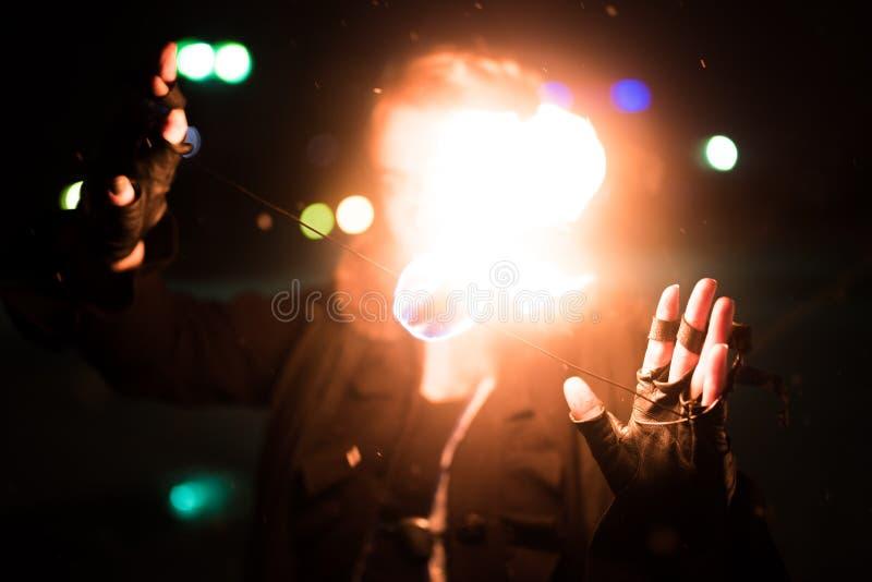 Dziewczyna zamyka jej twarz z ogieniem obraz stock