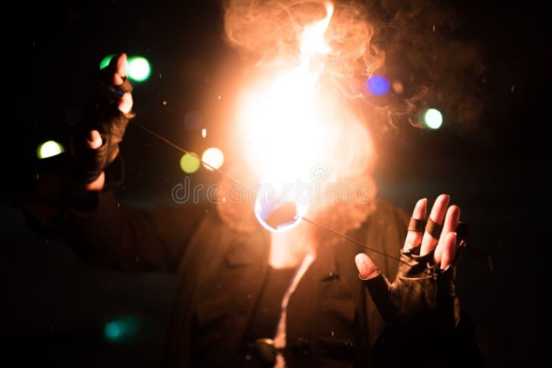 Dziewczyna zamyka jej twarz z ogieniem zdjęcie stock