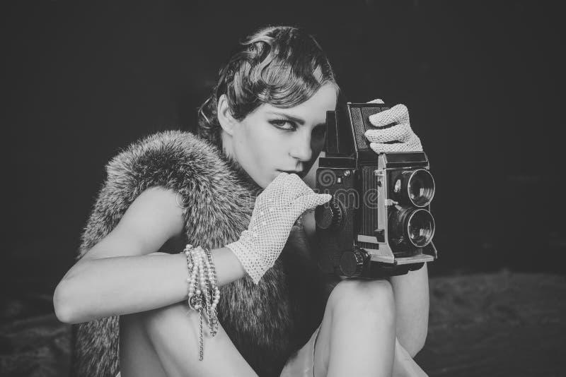 Dziewczyna Zasilająca Zagadnienie twarzy dziewczyny Kobieta z retro włosy, makeup i starą kamerą, zdjęcie stock