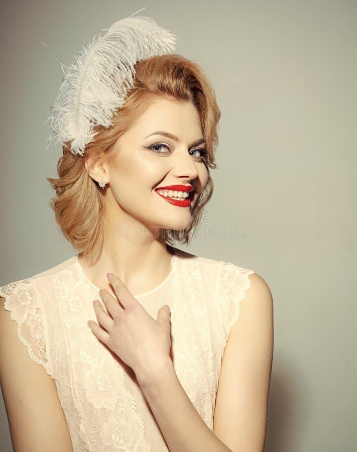 Dziewczyna Zasilająca Zagadnienie twarzy dziewczyny Seksowna blond dziewczyna z eleganckim makeup, pinup zdjęcie royalty free