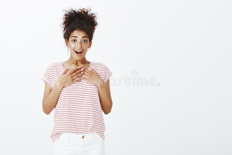 Dziewczyna zaskakująca z niespodziewanym prezentem Portret zadowolona szczęśliwa powabna kobieta z ciemną skórą i czeszącym kędzi fotografia stock