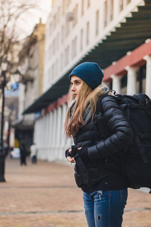 Dziewczyna zostaje na ulicie zdjęcie stock