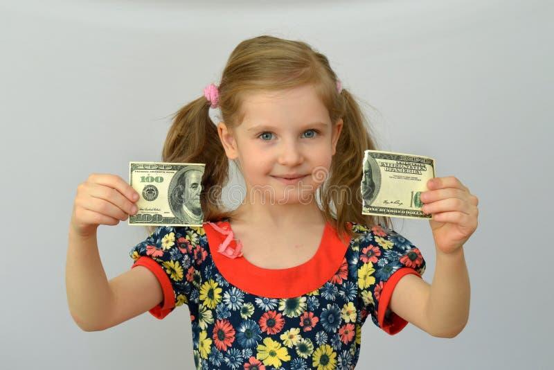 Dziewczynka chwyty wewnątrz wręczają poszarpanego banknot, dolar, bankowość kryzys obrazy royalty free