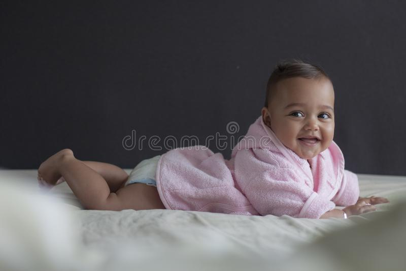 Dziewczynka na łóżkowy śmiać się zdjęcie royalty free