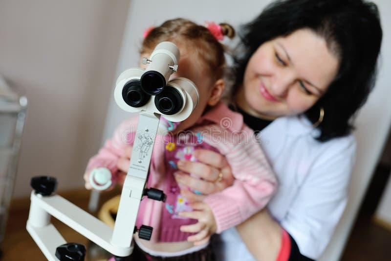 Dziewczynka patrzeje przez mikroskopu obraz royalty free