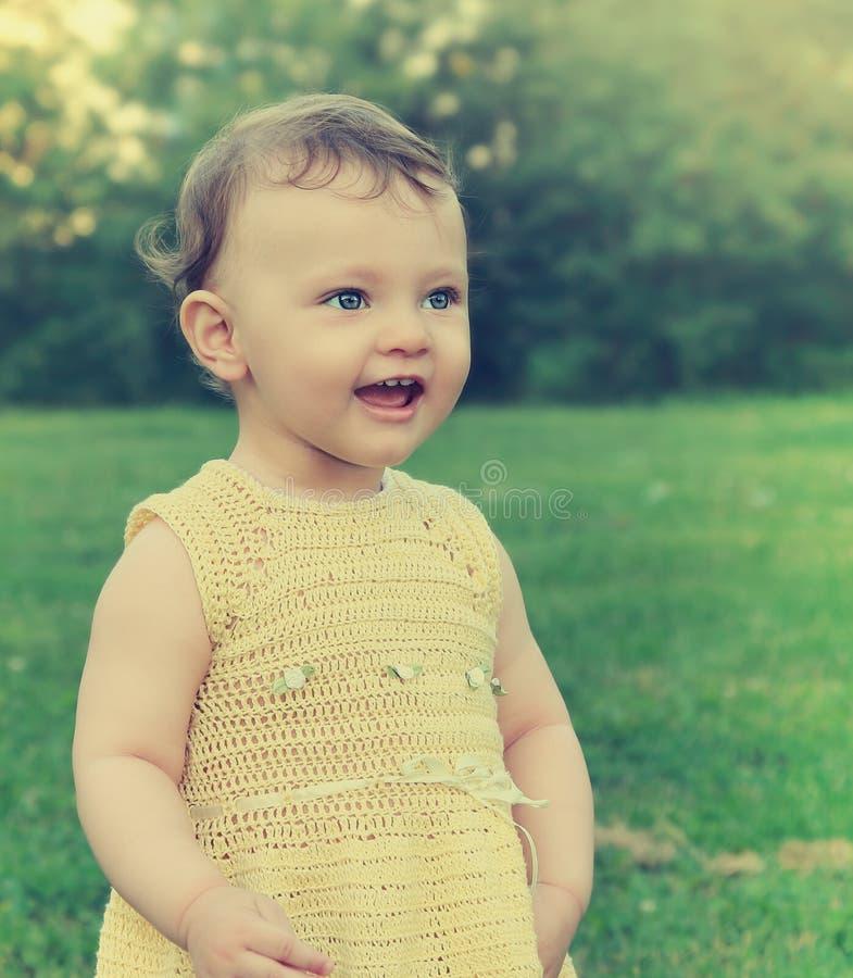 Dziewczynka patrzeje szczęśliwy na zieleni zdjęcie royalty free