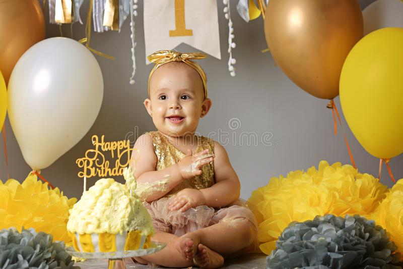 Dziewczynka pierwszy urodziny z roztrzaskanie tortem obraz stock