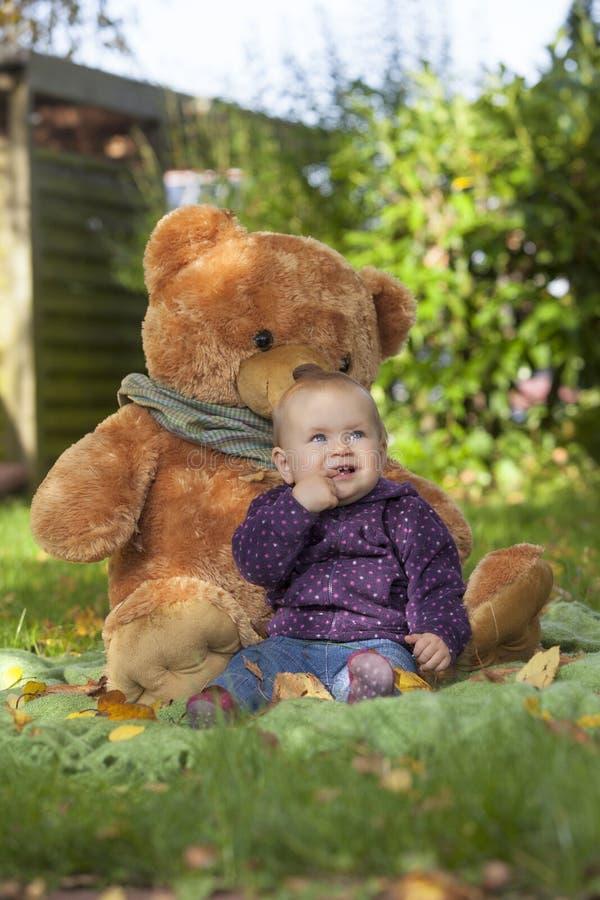 Dziewczynka przy ogródem obraz royalty free