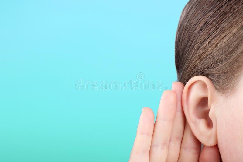 Dziewczynka słucha uważnie swojej dłoni do uszu, wiadomości obraz royalty free
