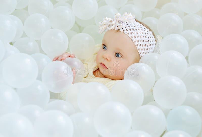 Dziewczynka w balowym basenie obraz stock
