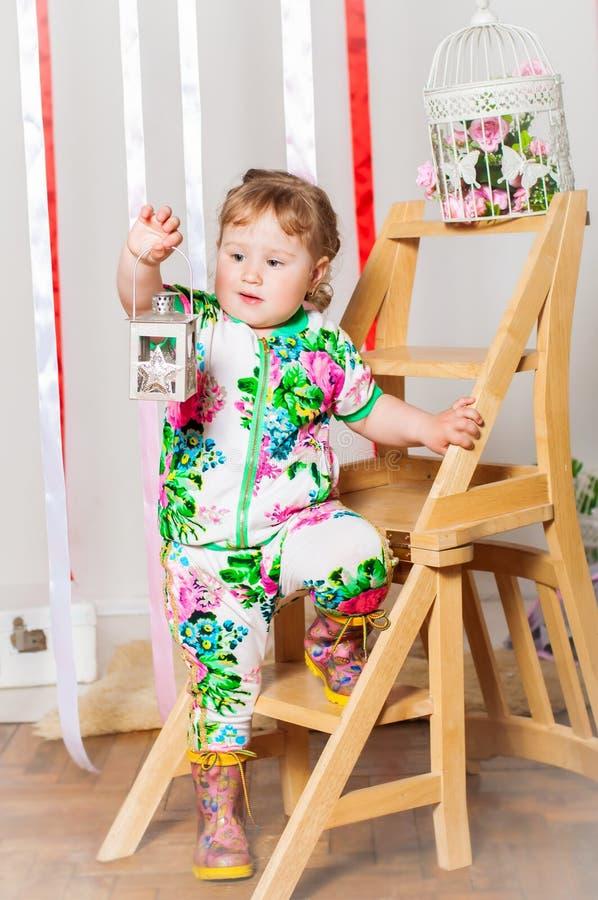 Download Dziewczynka W Modnym Kostiumu Obraz Stock - Obraz złożonej z kolor, moda: 41952993