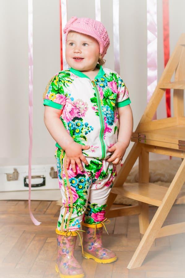 Download Dziewczynka W Modnym Kostiumu, Nakrętka Zdjęcie Stock - Obraz złożonej z dziewczyna, buty: 41952996