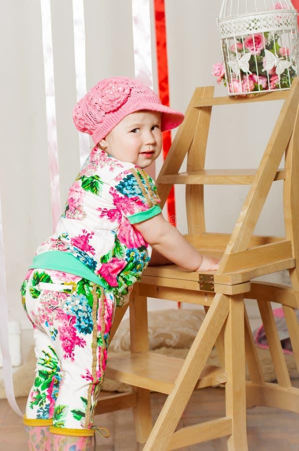 Download Dziewczynka W Modnym Kostiumu, Nakrętka Zdjęcie Stock - Obraz złożonej z szczęście, ląg: 41955542