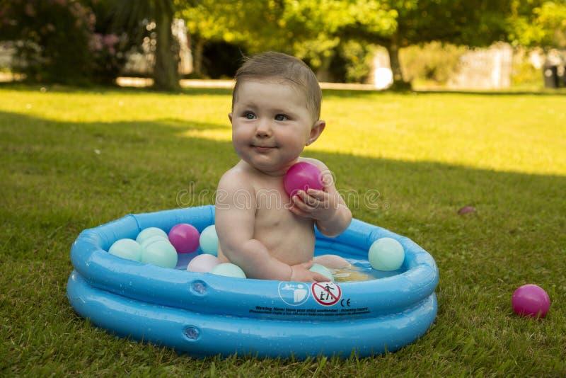 Dziewczynka w paddling basenie zdjęcie stock