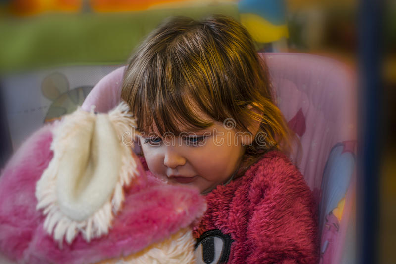 Dziewczynka z blondynu obsiadaniem na huśtawce zdjęcie stock
