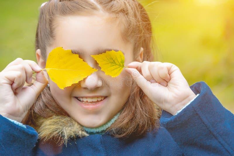 Dziewczynka z jesień liśćmi zdjęcia royalty free