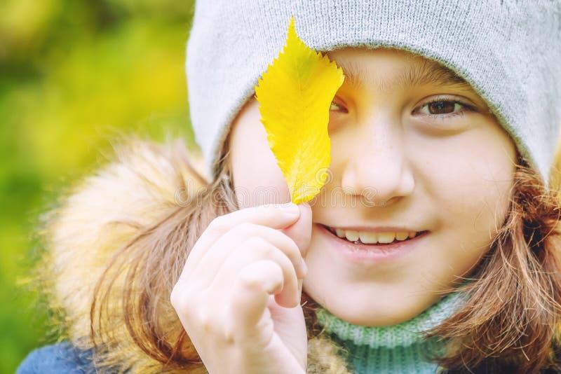 Dziewczynka z jesień liśćmi zdjęcia stock