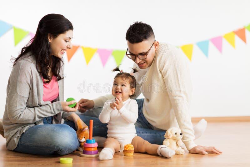 Dziewczynka z rodzicami bawić się z zabawkami obraz royalty free